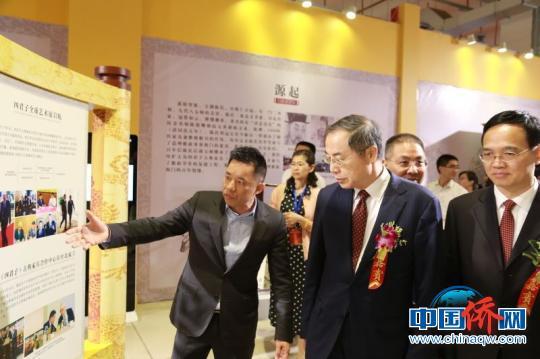"""中国侨网""""君子和平座""""亮相第十二届海峡工艺品博览会引发两岸文创业界关注。 钟欣 摄"""