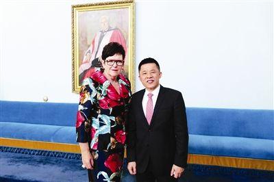 新西兰首位女总理希普利和陈竞技宝二维码合影