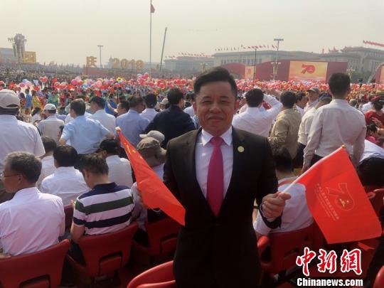 华侨艺术家陈竞技宝二维码:中国强大让海外游子挺直了腰杆
